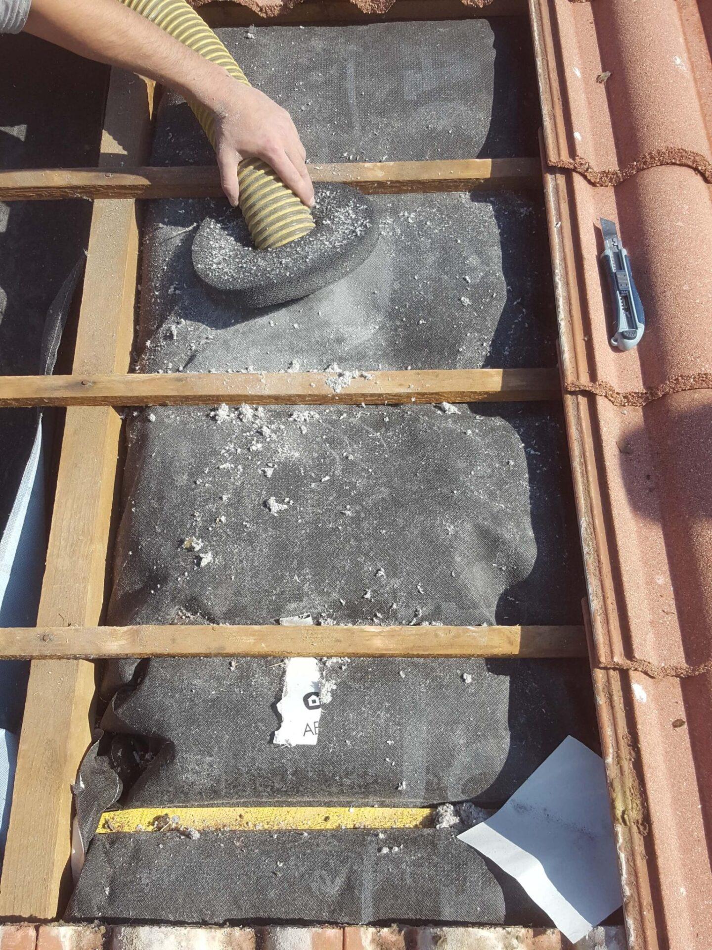 CA45Injection de la ouate dans les chaussettes isolantes ISOSAC - Combles aménagés